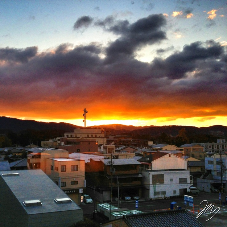 2012/12/11 Photo Diary:  Sun rise in Kyoto  京都で迎える日の出。 山で囲まれた空間が、日の出・日の入りを効果的に見せるのだと感じた。  At Kyoto, Sun comes up from east mountains  from iPhone camera