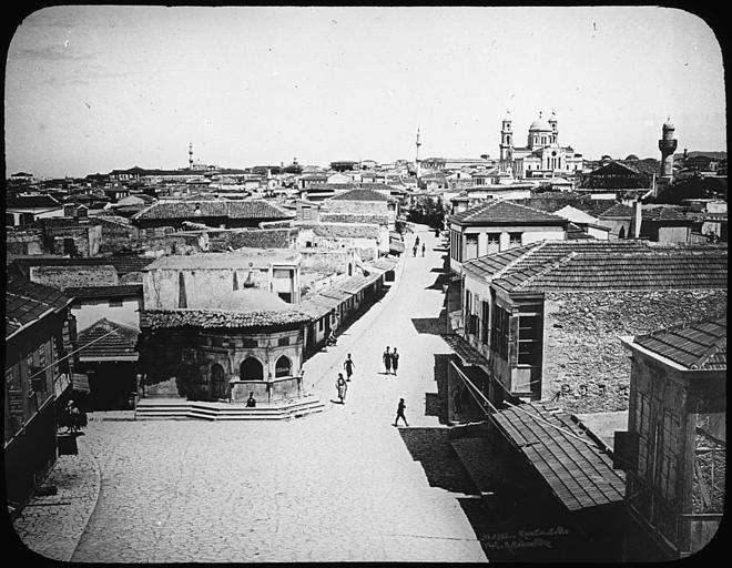 """Grèce ; Crète ; Candie La grande rue. En arrière plan, l'église Saint-François Musée pédagogique PublicationLivret pédagogique : """"La Crête"""" (1913)"""