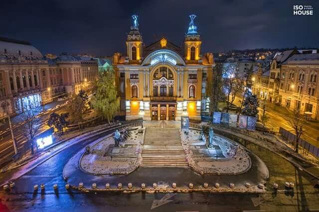 """Teatrul Naţional Cluj-Napoca, într-o noapte magică :)   Fotografie realizată în cadrul proiectul """"Magic Night of Romania"""" de echipa IsoHouse. Proiectul este inițiat de doi basarabeni și tocmai e dezvoltat și în orașul din inima Transilvaniei! În luna decembrie, zilnic, vă vom prezenta fotografiile realizate de ei în CLUJ :D"""