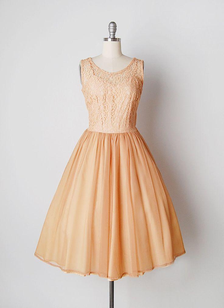 Vintage jaren 1950 abrikoos gekleurde kant en chiffon jurk. Mouwloos lace illusie bodice bekleed in acetaat met ingerichte taille en kant metalen rits.