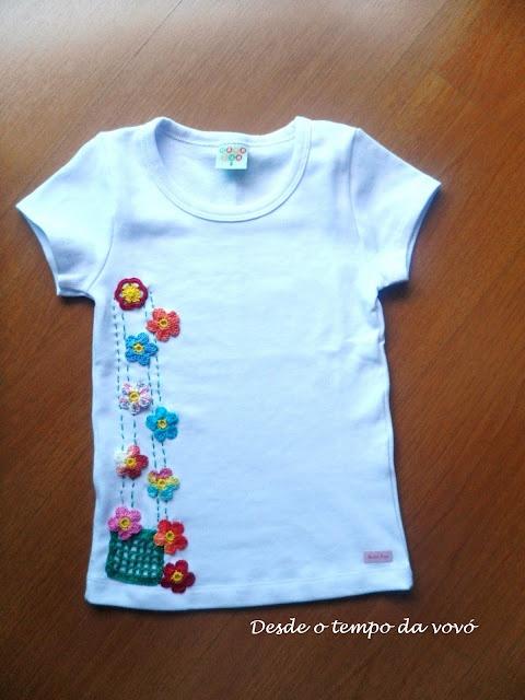 Camiseta com aplicação de crochê