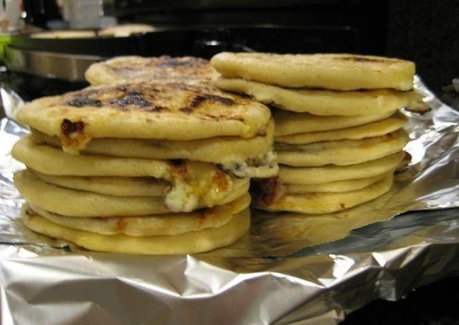 Pupusas: tortas de harina de maíz rellenas de carne, pescado, verdura... Lo que se quiera