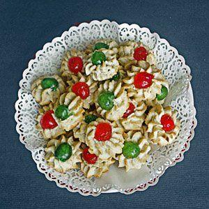 La ricetta dei pasticcini ricci di pasta di mandorle, dolcetti tipici della pasticceria siciliana a base di pasta di mandorle infornata e ciliegie candite