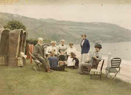 Autochromes by Albert Kahn. In addition to his estate in France, Albert Kahn kept a house on  Cornwall's coast. Photographer Auguste Léon posed Kahn's guests on the cliff overlooking Carbis Bay on August 28, 1913.