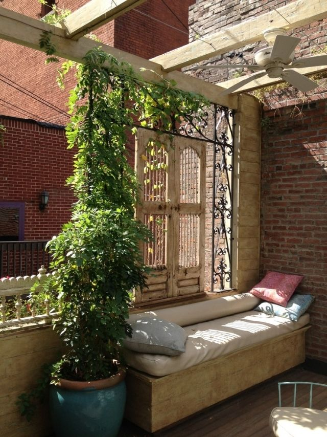 balkon sichtschutz eisen spaliere sitzbank kletterpflanzen