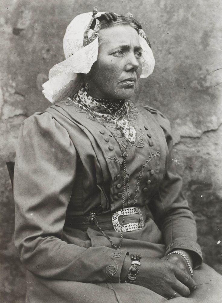 Vrouw in Blaricumse streekdracht. De vrouw draagt de zondagse dracht, met de 'staertkap' over het oorijzer. 1913-1916. #Blaricum #Gooi #NoordHolland #WestFries