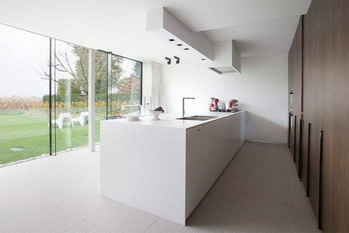 Nicolas Blondeel van EnPlusArchitecten werd ingeschakeld voor de renovatie van een woning in Lochristi en ontwierp een eigentijdse woning vo...