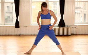 Effectuer une série de battements de jambes selon la méthode Pilates.