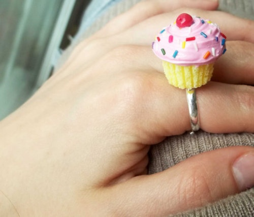 cupcake ring: Pink Rainbows, Accessories Junkie, Polymer Clay Cupcakes, Clay Creations, Clay Charms, Cupcakes Rings, Rainbows Cupcakes, Rainbow Cupcakes, Cupcakes Rosa-Choqu