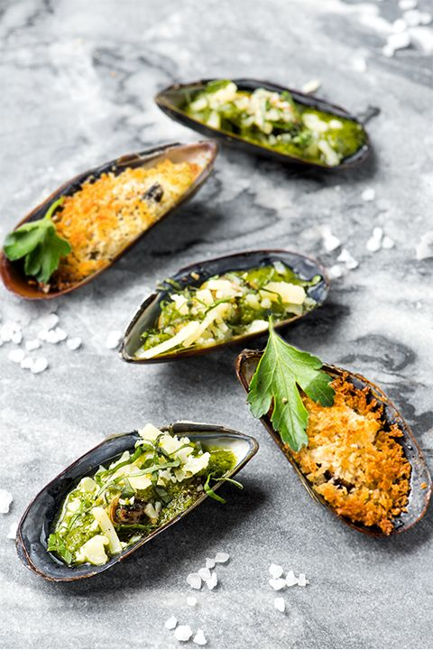 INGREDIENTS BY SAPUTO | Looking for easy party food ideas? Here are two! Choose between our recipe for mussels with pesto and Saputo Parmesan cheese, or for a reinvented classic, mussels with garlic butter sauce and panko. Either one goes great with French fries and your favourite white wine.