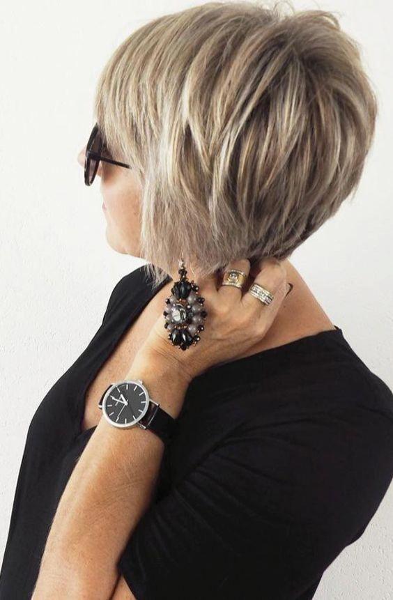 Pixies sind die beliebtesten Frisuren für Frauen. Verkürzte Schnitte sind perfekt für ältere Frauen. Dieser coole, kurze Haarschnitt verleiht Ihnen einen klassischen Vintage-Look ...