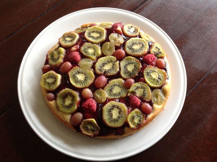 Complementaire Kleurentaart: cake met kiwi, druif en bosbessengelei