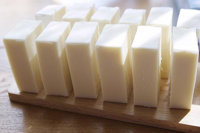 Basic 3-Oil Homemade Soap Recipe:    9.4 oz. Crisco (or vegetable shortening)    6 oz. olive oil    6 oz. coconut oil    7 oz. water    3 oz. lye (ług)    .9 oz. of fragrance oil or essential oil blend