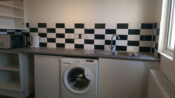 Available from 15th Jan 2017. Self sufficient single studio flat with own entrance and shower room available now for 1 person only. Rent 500 per month that includes all bills -...