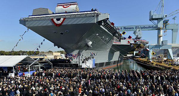 131109-N-VT117-043 Newport News, Virginia., (9 de noviembre de 2013) Los miembros del servicio, tripulación, sus familias e invitados distinguidos inclinan sus cabezas como capitán de la Armada. Jerome Hinson da una bendición durante el Pre-Puesta en marcha Unidad de Gerald R . (CVN 78) ceremonia de bautismo de Ford. Ford es el primero de una nueva clase de portaaviones en sustitución del portador de la clase Nimitz lanzado en 1972. (Foto de la marina EE.UU. por la comunicación en masa…