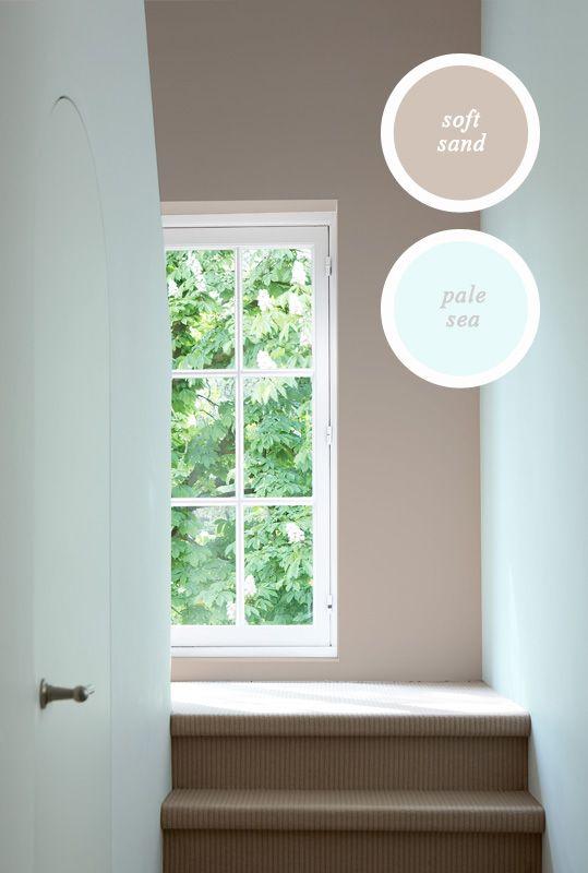 Kleur brengt balans in je interieur. Koele kleuren wijken en warme kleuren komen optisch op je af. Die twee samen zijn hier prima toegepast.