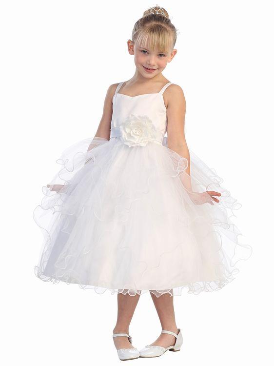Een prachtig jurkje is er binnengekomen. de rok met vele lagen tule, in verschillende lengtes. En op de band is een grote bloem bevestigd. Een super leuk jurkje voor een bruidsmeisje. bruidskindermode.nl. Trouwen, bruiloft, huwelijk, bruidsmeisjes, bruidsmeisjesjurk, communiejurk, bruidskinderen, feestjurk, bruidskinderkleding