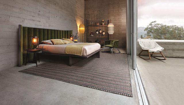 Tête de lit Backstage recouverte de velours avec plate-bande en cuir et cadre de lit asymétrique en bois massif et panneaux, 4740 euros, Maurizio Manzoni et Roberto Tapinassi pour Roche Bobois.