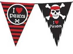 Piraten vlaglijn met de tekst 'I love Pirates'. Bijzonder aan deze leuke vlaglijn zijn de rafeltjes aan de zwarte vlaggetjes. Die maken dat het een echte gebruikte en een beetje verweerde vlag lijkt. De vlaglijn is 10 meter lang en is gemaakt van plastic. Je kunt hem dus ook buiten gebruiken en hij is vaker bruikbaar dan één keer!