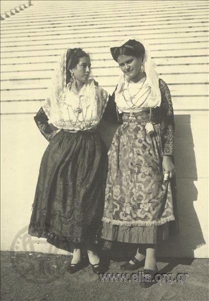 Εορτασμοί της 4ης Αυγούστου: γυναίκες με παραδοσιακές ενδυμασίες της Κέρκυρας.1937.