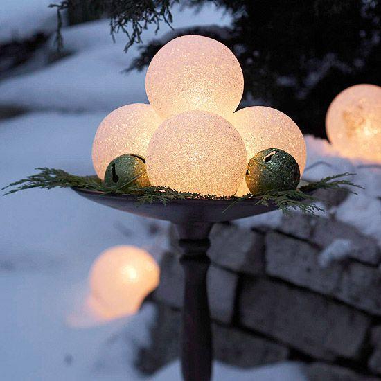 weihnachten außendekoration runde Glöckchen und Lichterbälle