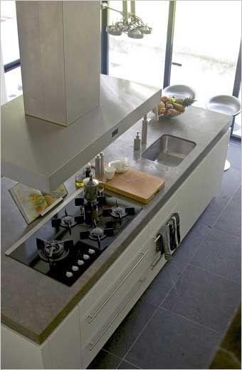 wit keukeneiland met inox dampkap zwevend model