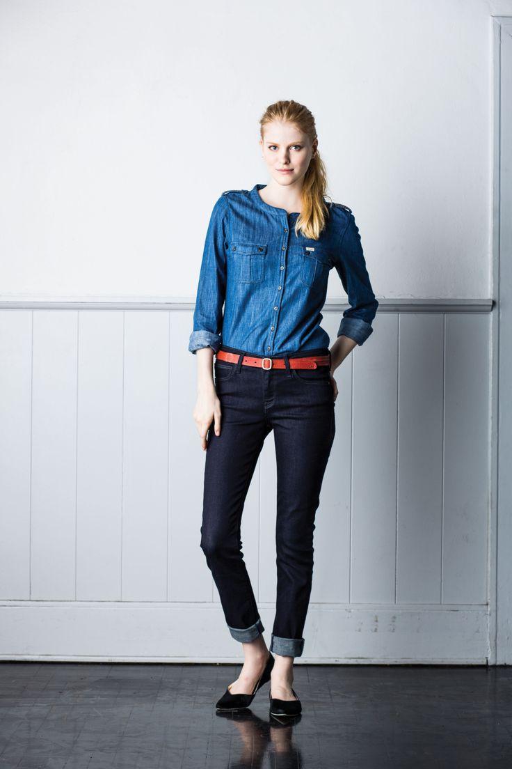 Niebieska bluzka idealnie pasuje do ciemnych dżinsów!