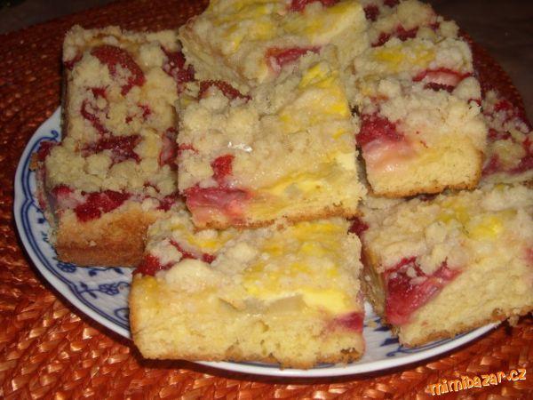Kynutý litý koláč s tvarohem rebarborou a jahodama stojí za to vyzkoušet Rychlovka