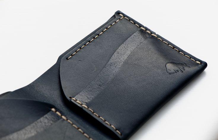 """Har du en mörkblå skjorta eller kavaj? Här har vi en plånbok som matchar ypperligt! """"Ezra Arthur No.6 - Navy"""" #sawyerstreetgoods #ezraarthur #läderplånbok #plånbok #presenttips #kvalitet #inspiration #exklusiv #accessoarer #herrstil #herrmode #gentleman #hantverk #herraccessoarer #handgjort #livsstil #tillhonom #lyx #inslagning #mode"""