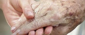 23/ Ze volgt een verpleegster via een automatische deur en komt bij de wachtzaal aan. Mia ziet haar oma en opa druk en met diepe rimpels staan kletsen. Ze wil niet dat ze zich zorgen maken. Het zijn de beste grootouders van de wereld! Juilliard was oma's idee!