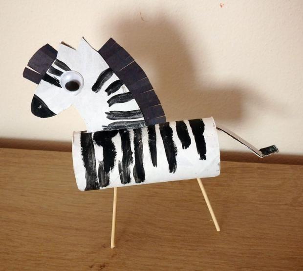 Papierová zebra z rolky toaletnéh papiera. Autorka: Kika K. Tvoríme s deťmi a pre deti, paper craft, zviera, hand made, diy, ručné práce. Artmama.sk
