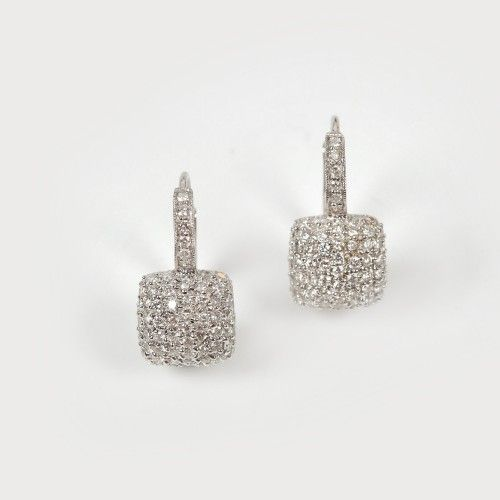 Delicată pereche de cercei din aur alb, bogat decorată cu diamante aur alb 18 k, 104 diamante cu tăietură briliant cca. 1 ct total, culoare G, claritate SI2, h=1,5 cm, 4,8 g Valoare estimativă: € 400 - 550