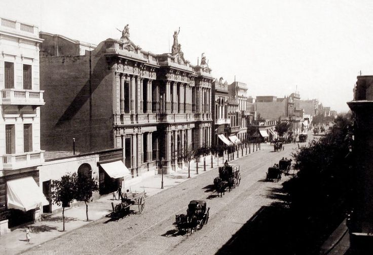 Av. Callao 448 a finales del siglo XIX. Se destaca en la imagen la actual Escuela Normal Sarmiento, inicialmente Escuela Graduada de Niñas. AGN
