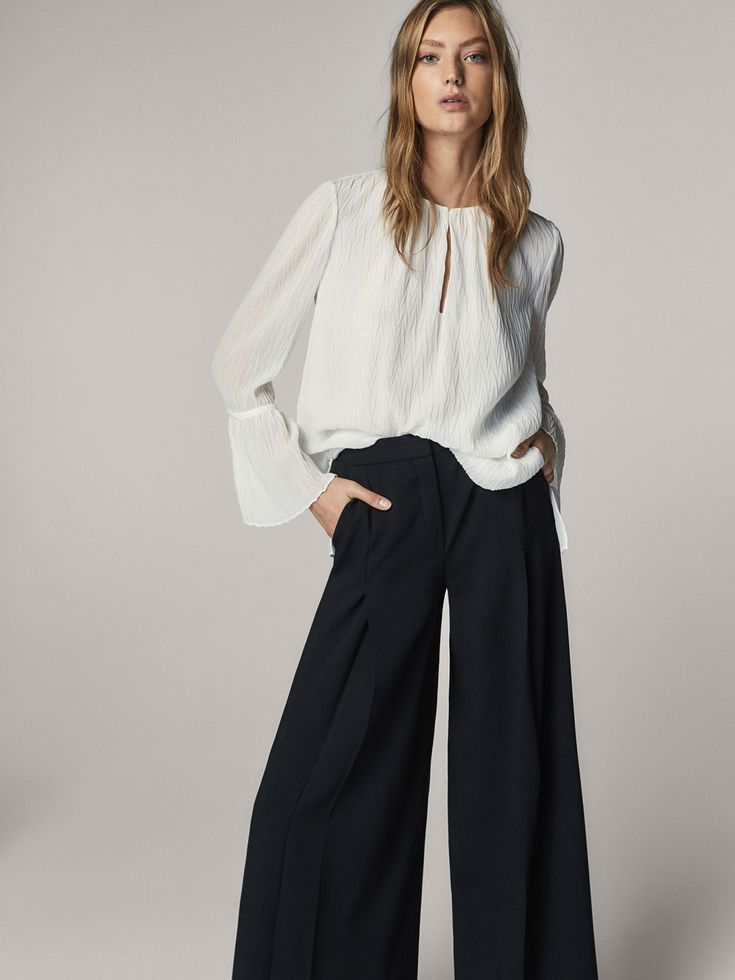 Fall Winter 2017 Women´s GEOMETRIC PLEATED BLOUSE WITH FLARED DETAIL at Massimo Dutti for 95.5. Effortless elegance!