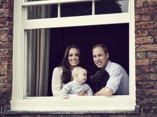 Kate, William e piccolo George: ritratto di famiglia (con il cane)
