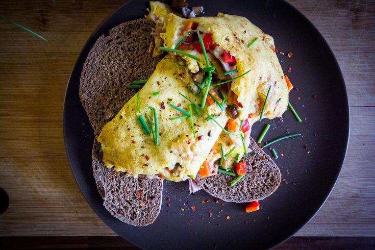 Omlett+megtöltve+színes+finomságokkal. Töltsük+meg+kedvenc+reggeli+tojásunkat+az+aktuálisan+elérhető+zöldségekkel!+A+tojás+mellé+mindig+jól+illik+a+gomba,+a+paprika,+a+sajt+és+a+sonka.+Persze+nincs+mindig+ilyesmire+időnk+reggelente,+ezért+is+várom+a+hétvégéket.+Ilyenkor+ráérősen+tudunk+reggelizni,…