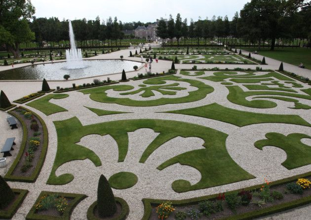 A feature of the design at Het Loo are the scrolling parterres surrounding various sculptural features and fountains.