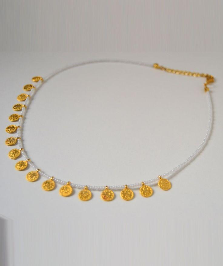 Collar con cuentas blancas con detalles minimalistas en dorado