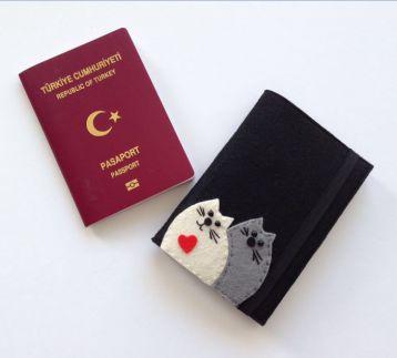 İki Kedi Figürlü Siyah Keçe Pasaport Kılıfı
