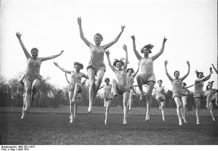 """HANNOVER * Schülerinnen der Loges-Schule.Die Loges-Schulen fanden Ihre Gründung 1925 in Hannover. Sie nannten sich """"Loges-Schulen für Bewegungskunst"""" in diesen wurden """"Lehrerinnen für Gymnastik, Tanz und Turnen"""" ausgebildet. Gründer der Schulen war Carl Bernhard Loges (1887-1958), ein deutscher Sport- und Gymnastiklehrer. Er galt nicht nur als Erneuerer des weiblichen Turnens durch rhythmische Gymnastik, sondern auch als bedeutender Choreograph von Kammer- und Massengestaltungen."""