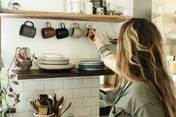 Dans les petites cuisines, quelques tasses suspendues à une étagère refont la déco ; il fallait trouver l'idée !