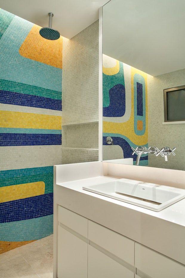 A calçada central da avenida Atlântica, no Rio de Janeiro, desenhada pelo paisagista Roberto Burle Marx, serviu de inspiração para a arquiteta Paula Neder projetar este vibrante mosaico geométrico. A parede, que mistura tons de azul, verde e amarelo, além do branco, é parte do banheiro de hóspedes de um apartamento em frente à praia de Copacabana.