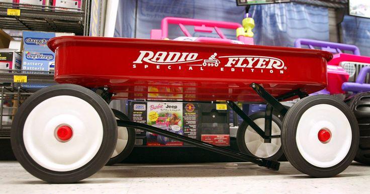 Información sobre los carros de juguete de arrastre clásicos. El carrito Radio Flyer es el más conocido de todos los coches de juguete clásicos de arrastre, y la compañía todavía está en el negocio hoy día. Parece que hay sólo un puñado de información precisa e informativa en otras marcas de estos tipos de carritos clásicos.