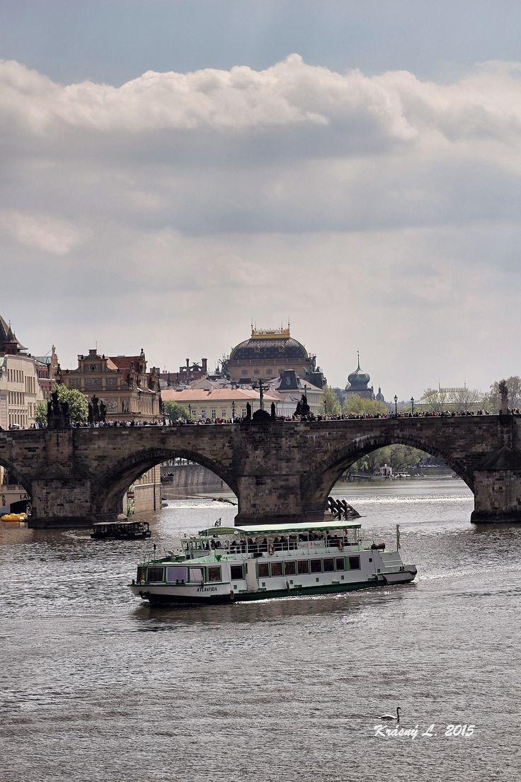 Vltava, Karlův most a loď