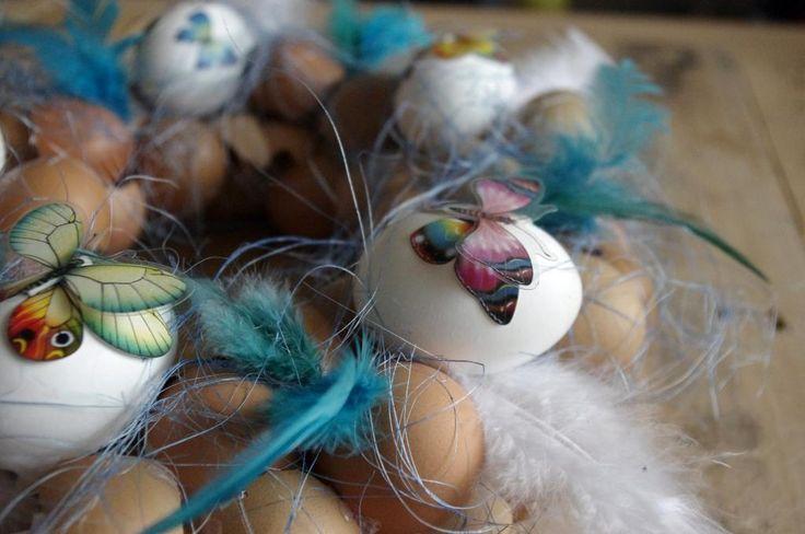 Motýlí velikonoční věnec - Tento velikonoční věnec je ozdoben skořápkami, sysálem a nalepovacími motýli. Vše je přilepeno tavnou pistolí. ( DIY, Hobby, Crafts, Homemade, Handmade, Creative, Ideas)