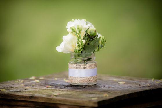 Makkelijk zelf te maken van glazen potjes met jute en kant. Fotocredit: Eppel Fotografie (http://www.eppel.nl/) - Pinterested @ http://wedspiration.com.