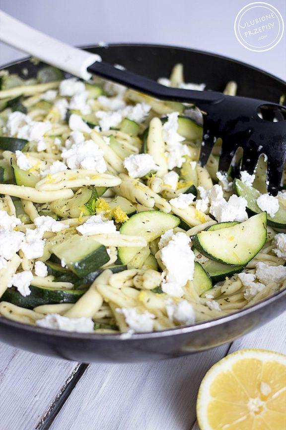 Świeży, wiosenny makaron z cukinia i Fetą, doprawiony do smaku czosnkiem, tymiankiem, bazylią i odrobiną startej skórki z cytryny. Bardzo oryginalne danie.