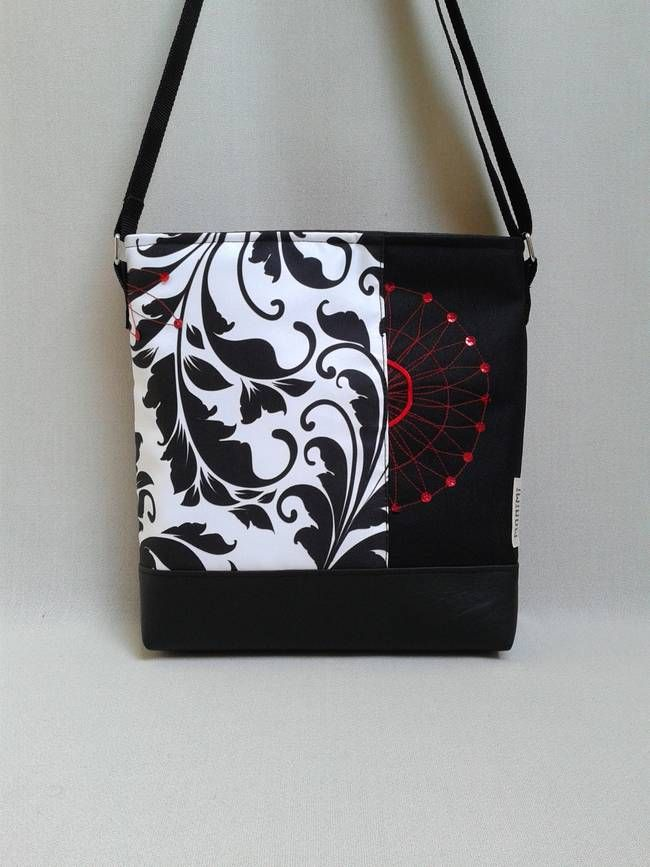A fekete-fehér alapdarab, minden öltözékhez jó választás! Erős gyöngyvászon anyagra saját tervezésű, lendületes indamintát nyomattam. Ezt egészítettem ki és sok apró öltéssel, piros flitteres díszítést varrtam fekete gyöngyvászonra. Így az egész táska vízlepergető, letörölhető és ugyanúgy mosható, mint minden Monimi termék. Lovely-bag 01 #női #táska