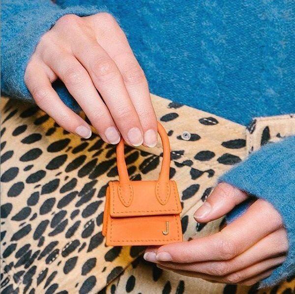 @Jacquemus zeigte auf seiner Show gestern in Paris die kleinste Handtasche der W… – VOGUE Germany