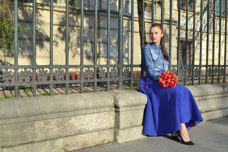 Maxi skirt street style, spring uoutfit and tulips